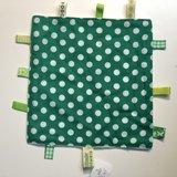Labeldoekje, kraamcadeau, tutteldoekje groen met witte stippen, witte achterkant