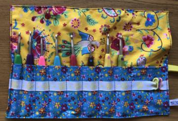 Haaknaaldenhoesje met 9 vakjes, gele stof met blauwe bloemetjes