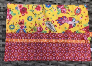 Haaknaaldenhoesje met 9 vakjes, geel met bloemen en vogels, rood
