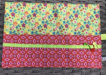 Haaknaaldenhoesje met 9 vakjes, groen met bloemen, rood