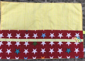 Haaknaaldenhoesje met 9 vakjes,  gele ruitjes, rood met sterren