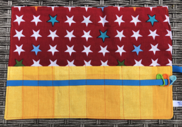 Haaknaaldenhoesje met 9 vakjes, rood met sterren, geel