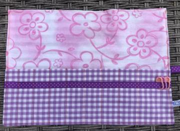 Haaknaaldenhoesje met 9 vakjes, roze bloem, paarse ruit