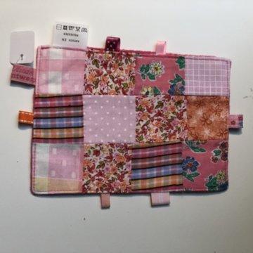 Labeldoekje, kraamcadeau, tutteldoekje patchwork, rode achterkant