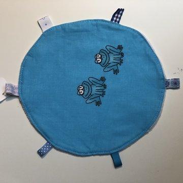 Labeldoekje, kraamcadeau, tutteldoekje rond blauw met kikkers witte achterkant