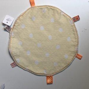 Labeldoekje, kraamcadeau, tutteldoekje rond geel met witte stippen witte achterkant