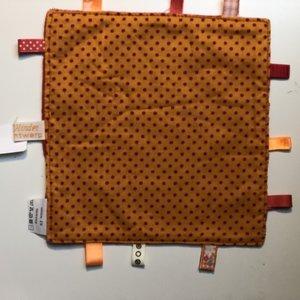 Labeldoekje, kraamcadeau, tutteldoekje oranje met rode stipjes rode achterkant