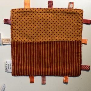 Labeldoekje, kraamcadeau, tutteldoekje 2 oranje rode stofjes rode achterkant